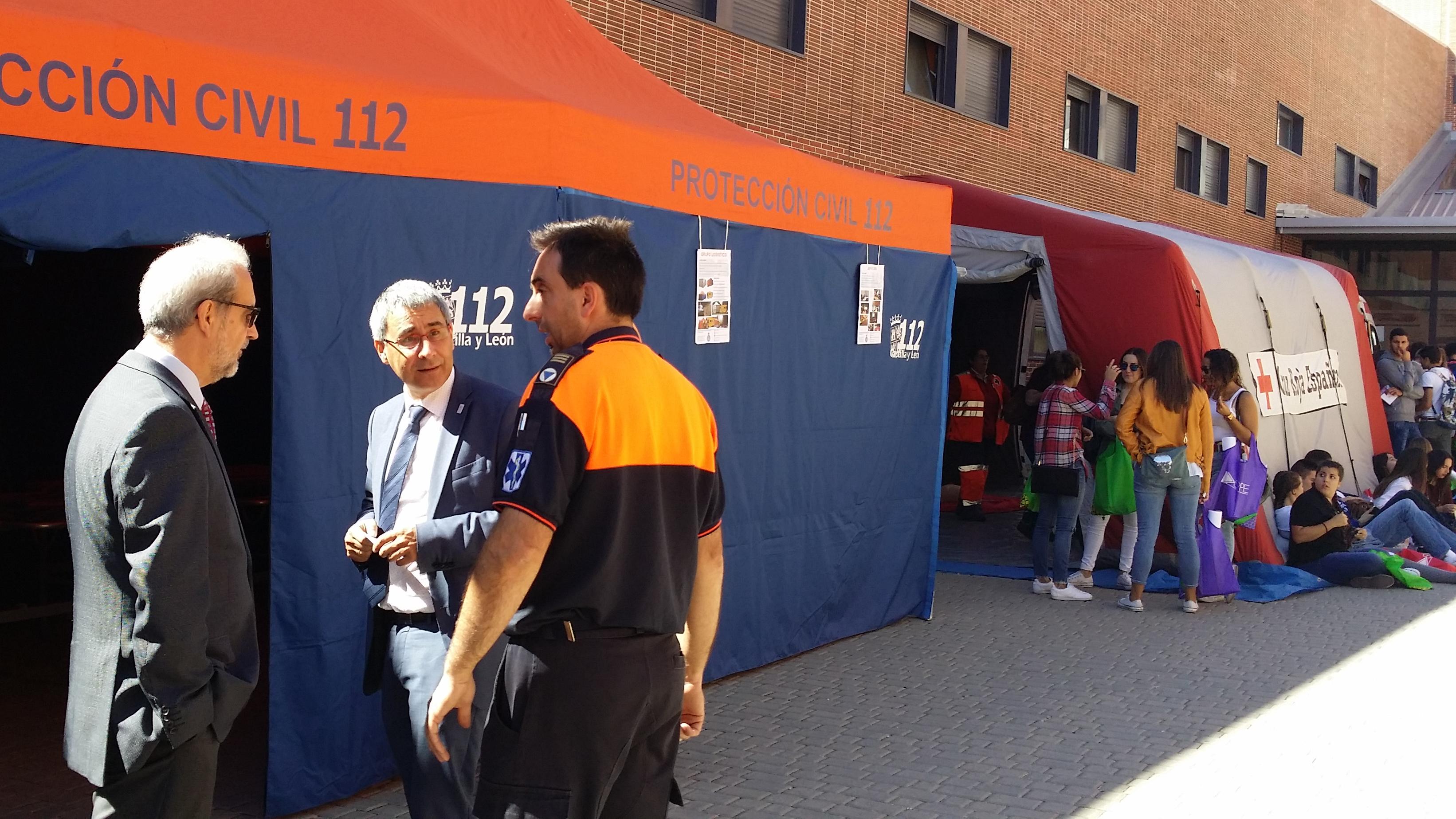 El rector de la Universidad de Salamanca, Daniel Hernández Ruipérez, asiste a la Feria de Bienvenida del Campus de Ávila