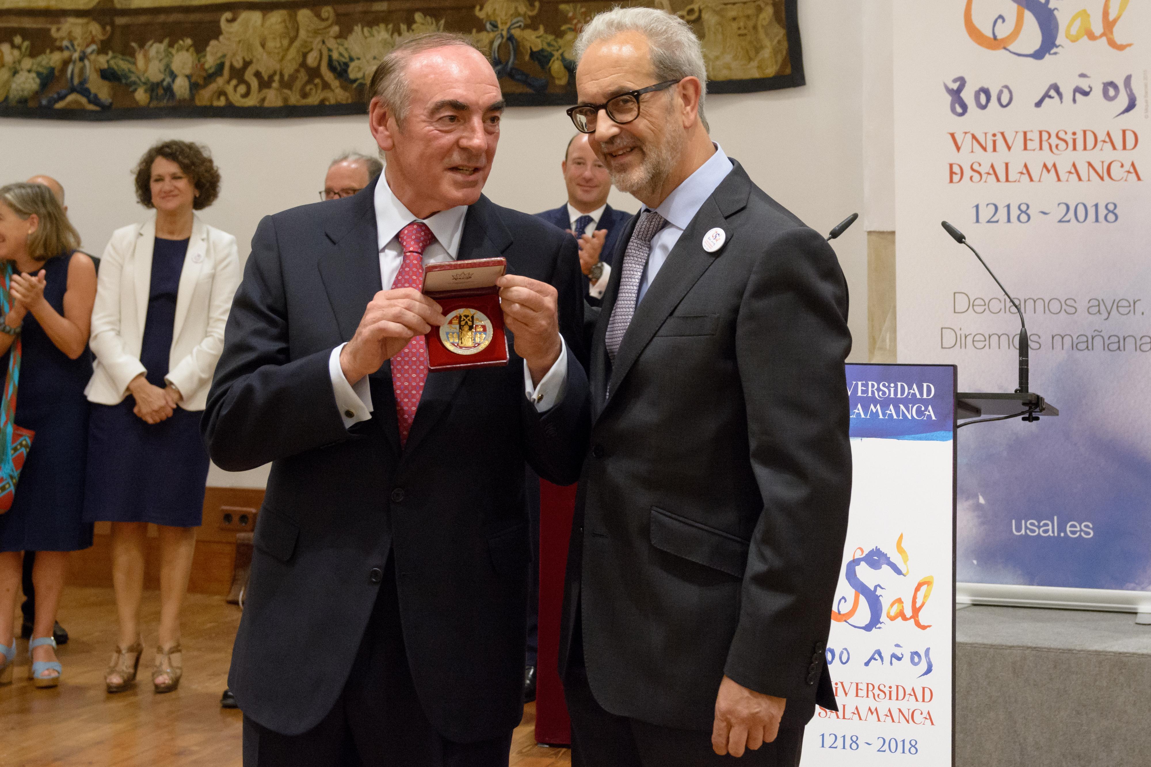 El rector hace entrega de la Medalla de la Universidad de Salamanca a José Antonio Villasante