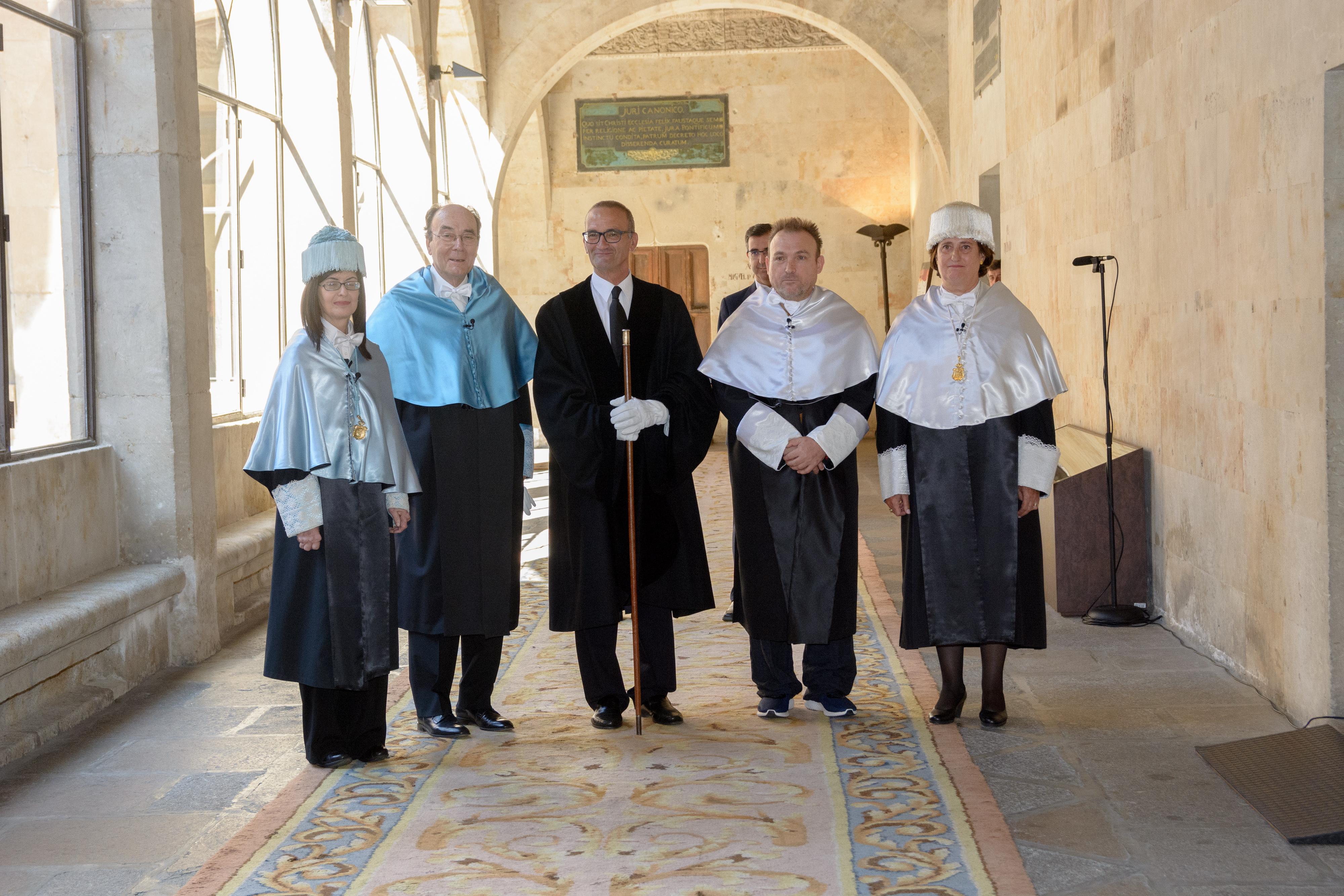 El rector considera el doctorado honoris causa a Miquel Barceló y Calvo Serraller como un homenaje de la Universidad de Salamanca al arte y a los artistas