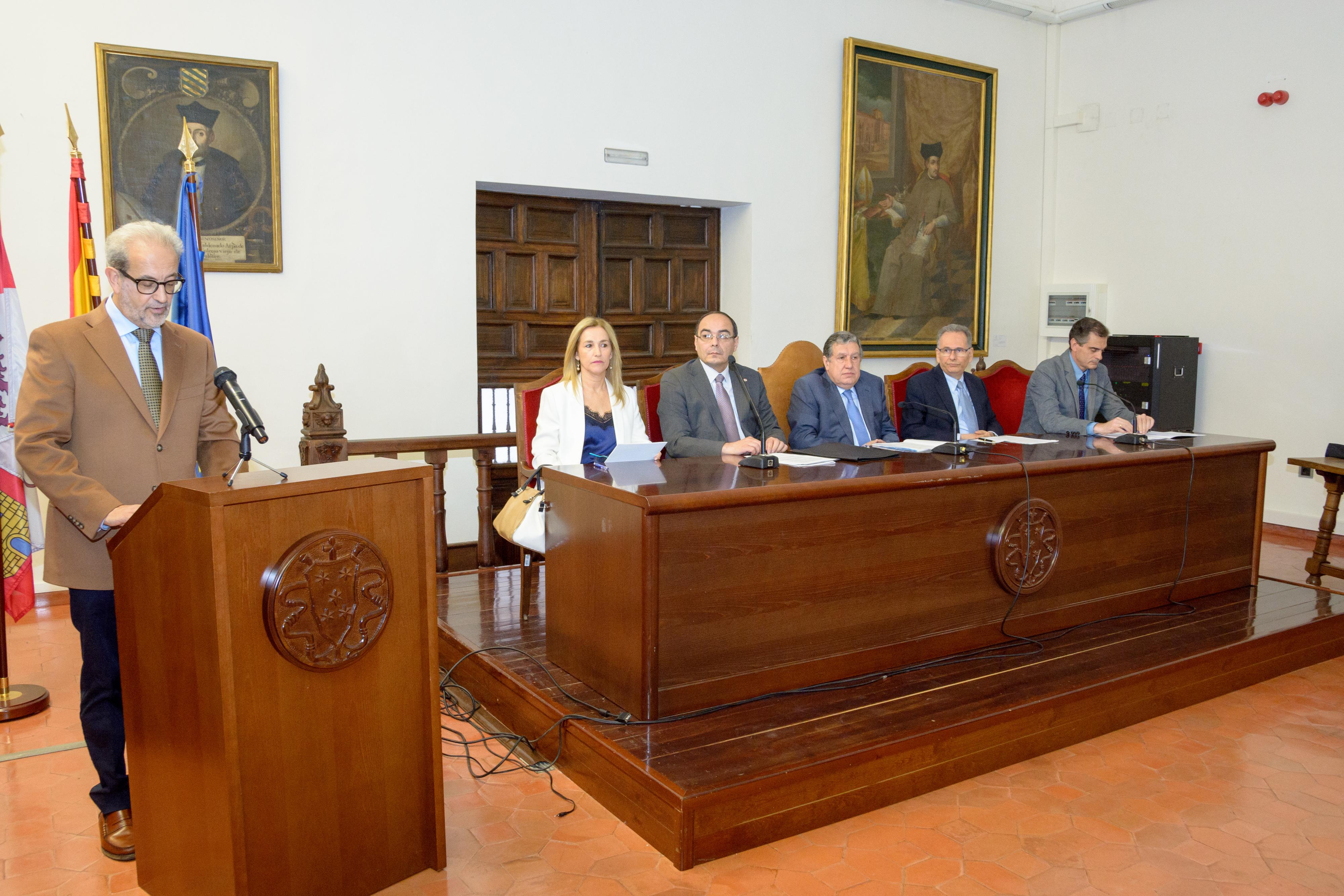 El rector y el embajador de Argentina descubren un busto con motivo de la semana temática que la Universidad dedica al país iberoamericano