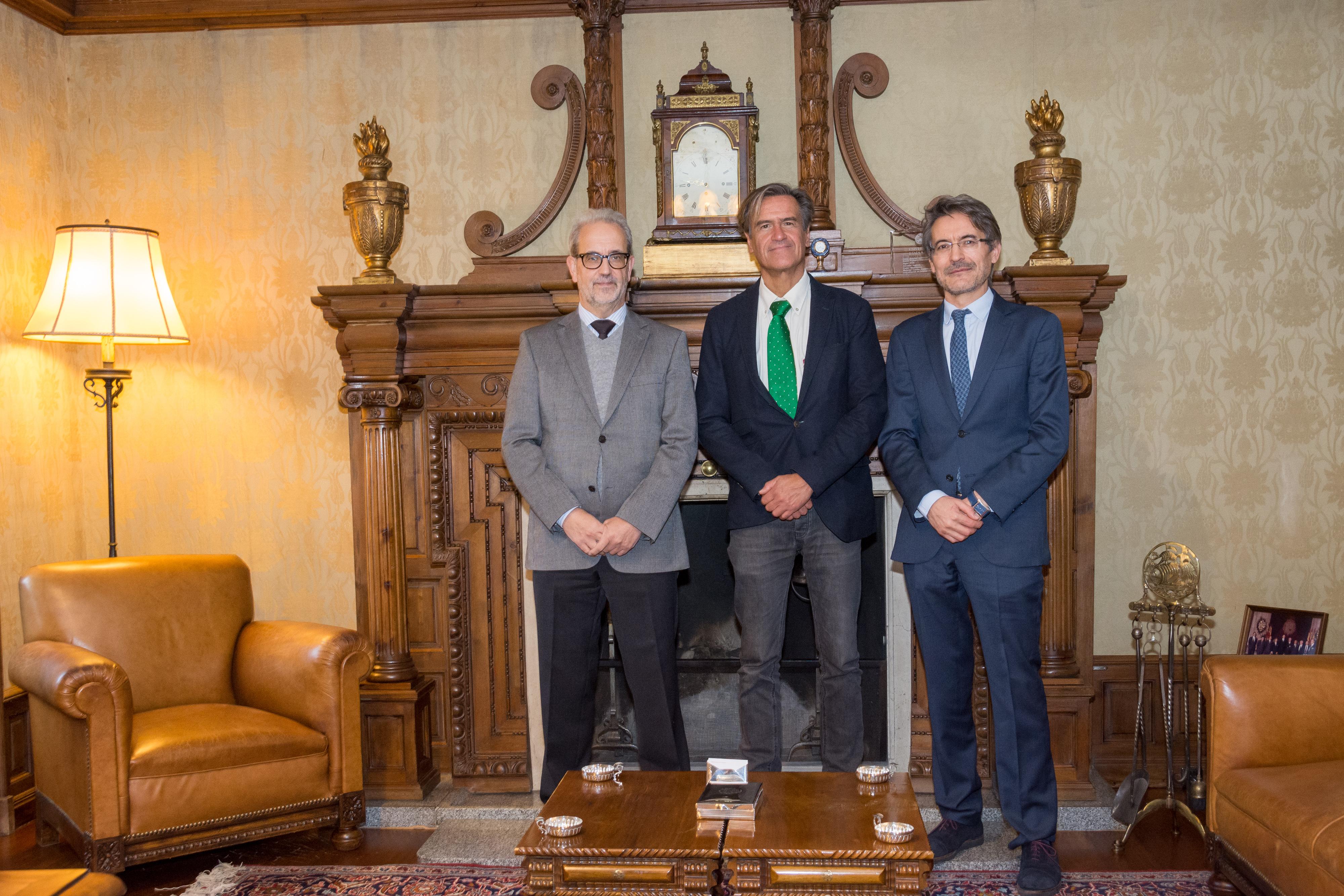El rector en funciones de la Universidad de Salamanca recibe al eurodiputado Juan Fernando López Aguilar