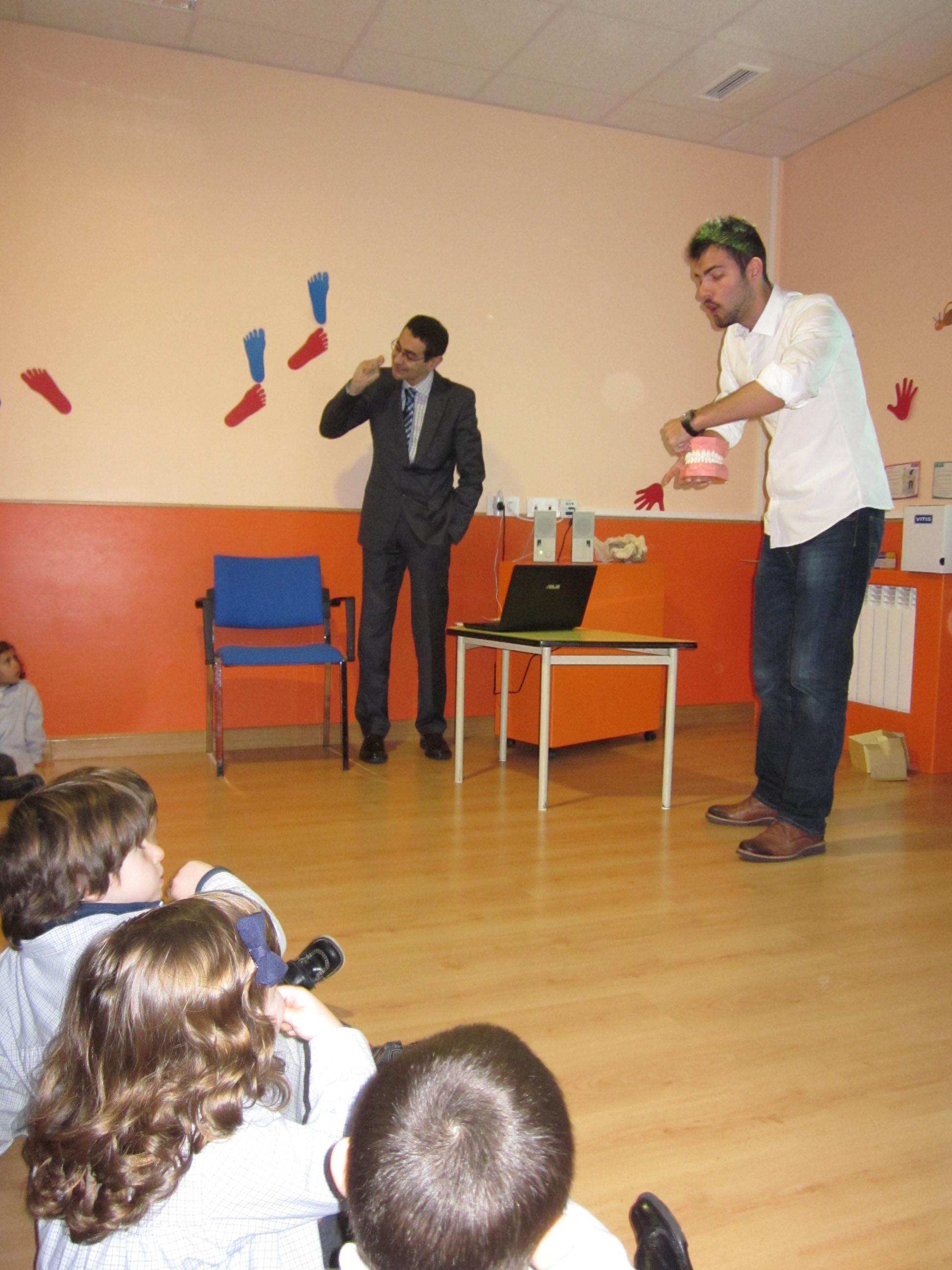 Demostración bucodental por parte de un alumnos de Odontología de la Universidad de Salamanca promueven la salud bucodental entre los escolares de Salamanca