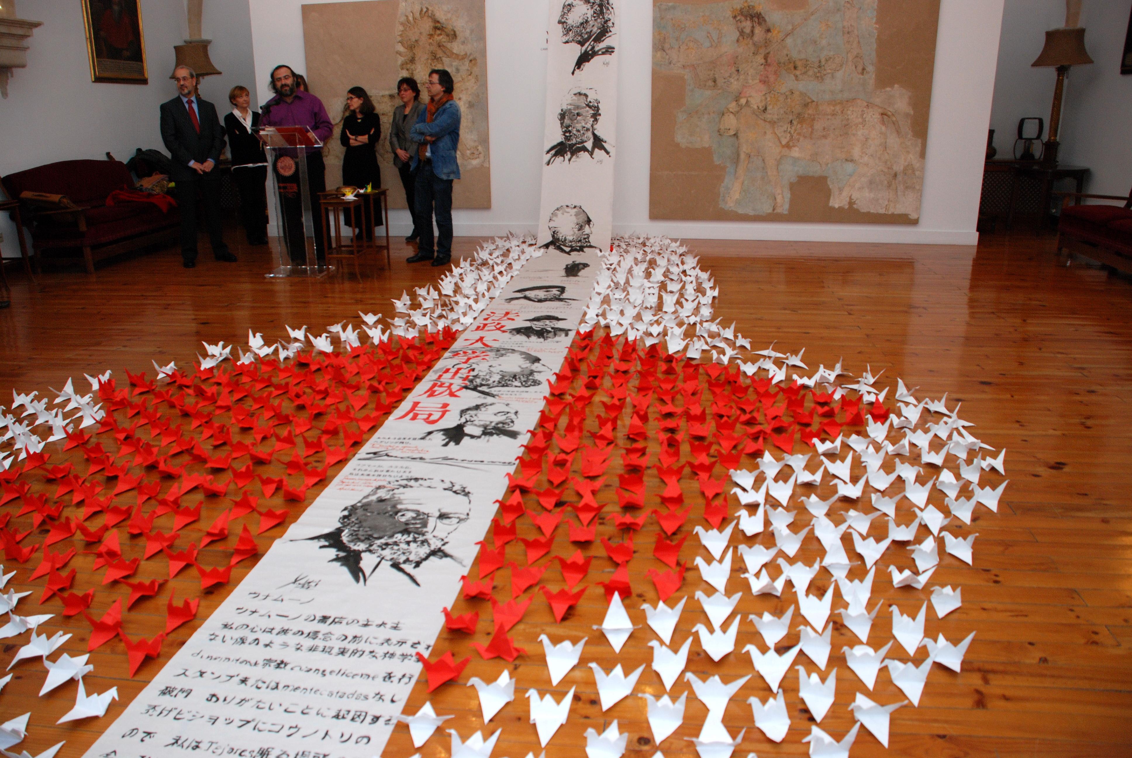 Los profesores Pérez Alencart y Miguel Elías donan a la Universidad de Salamanca un cuaderno de haykus en seis idiomas ilustrado con dibujos