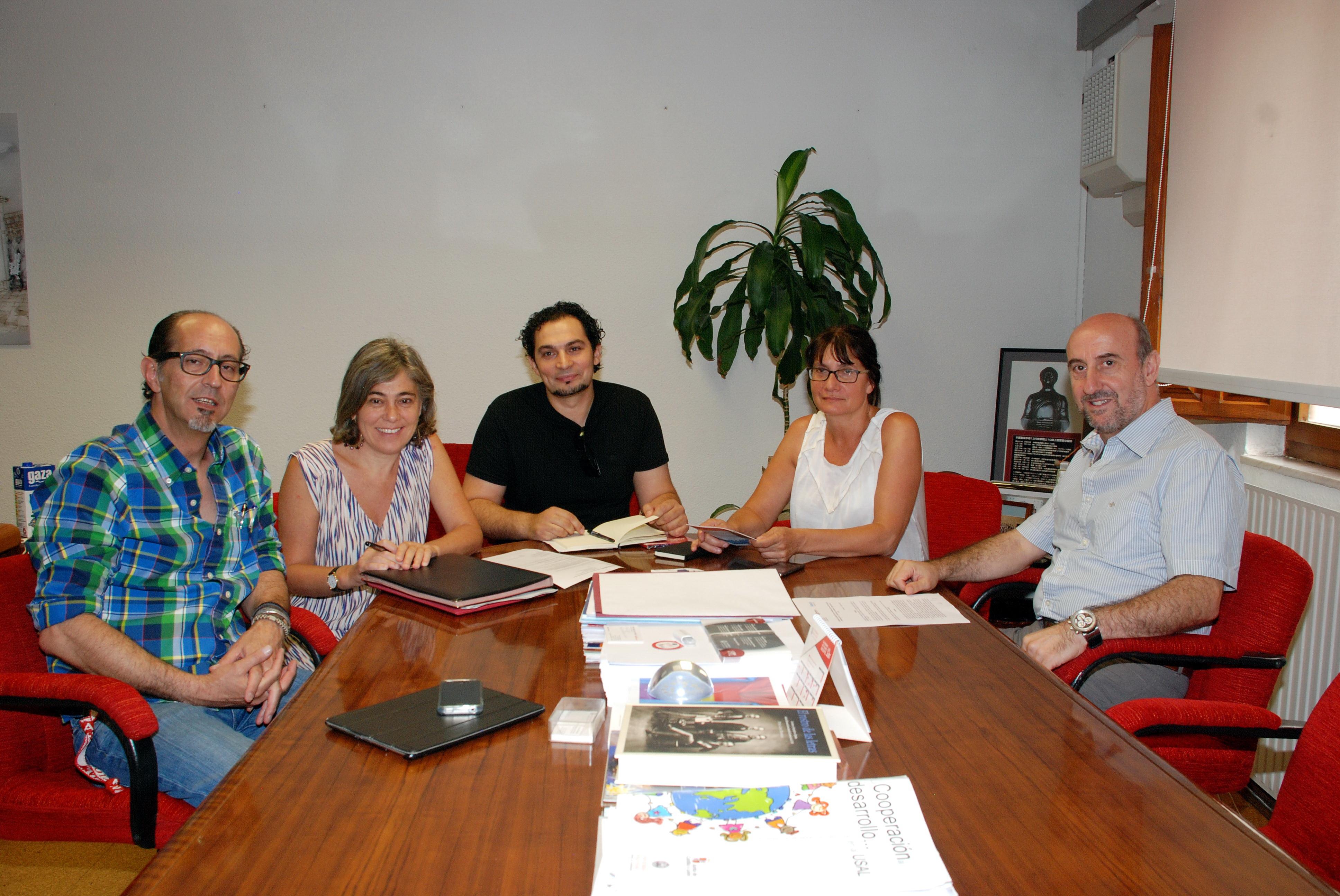 La vicerrectora de Atención al Estudiante y Extensión Universitaria recibe a representantes de la Fundación Secretariado Gitano