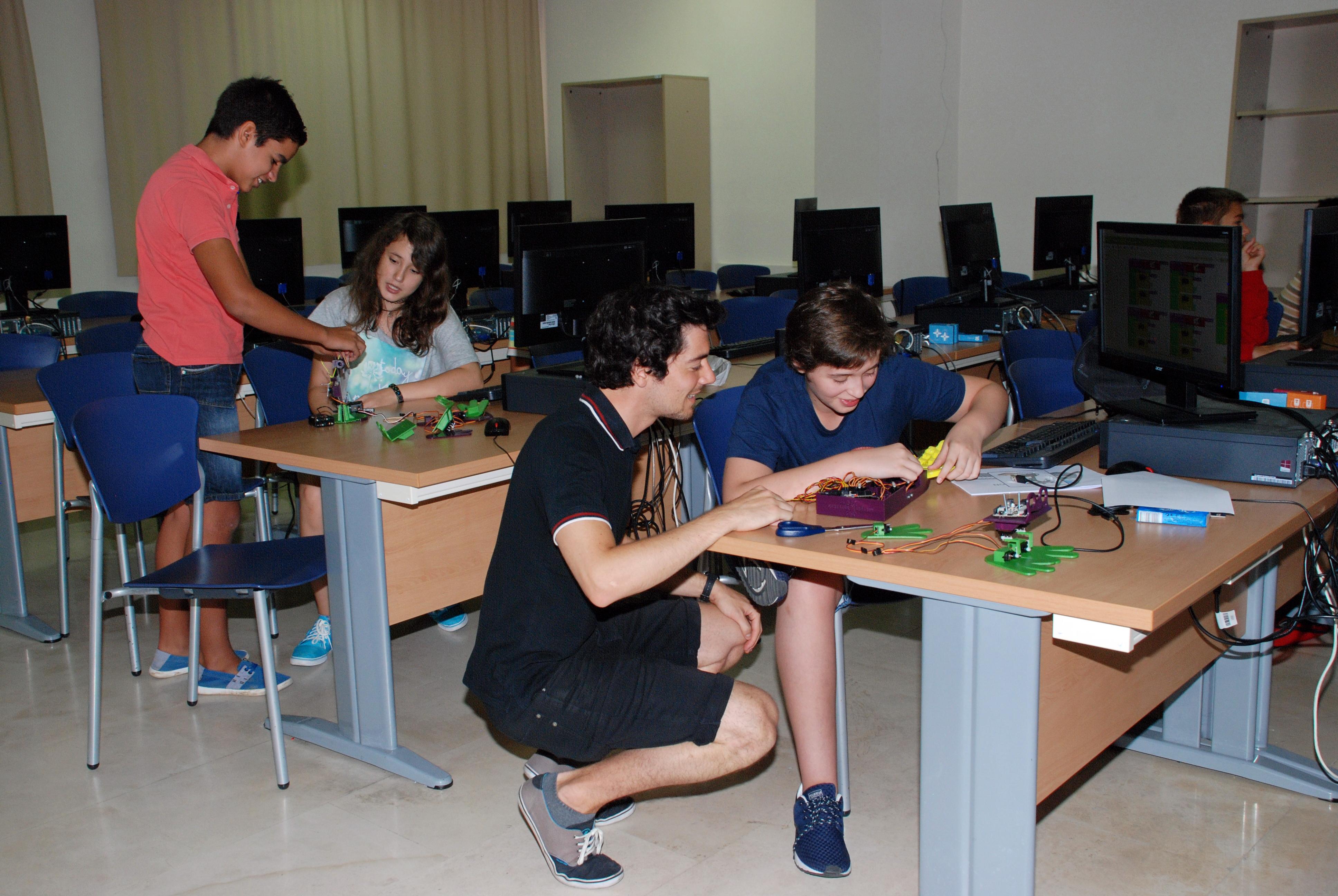 El vicerrector de Promoción y Coordinación visita el 'Robotics Summer Camp', organizado por Cursos Internacionales