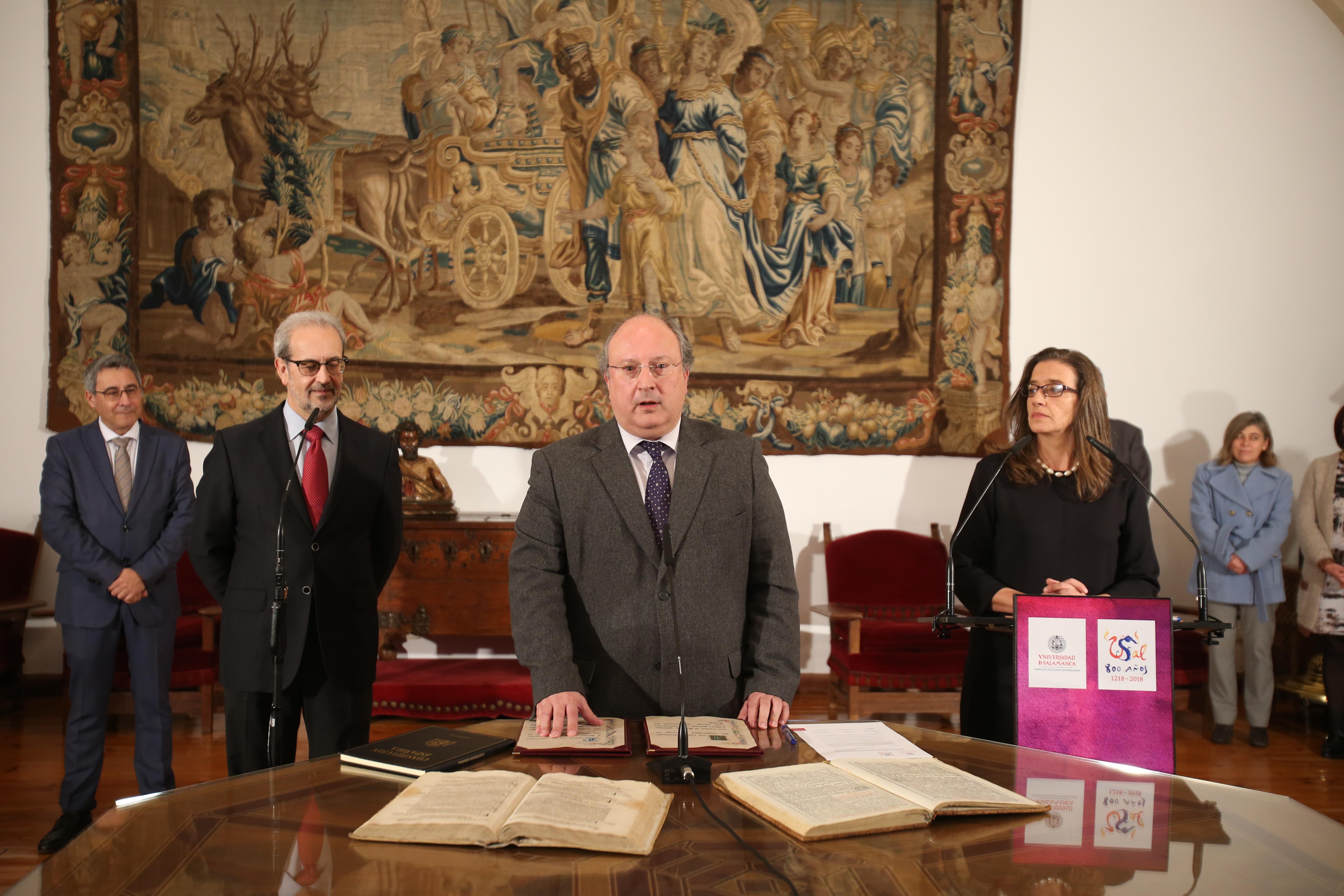 El rector preside la toma de posesión de Enrique Cabero como nuevo vicerrector de Promoción y Coordinación de la Universidad de Salamanca