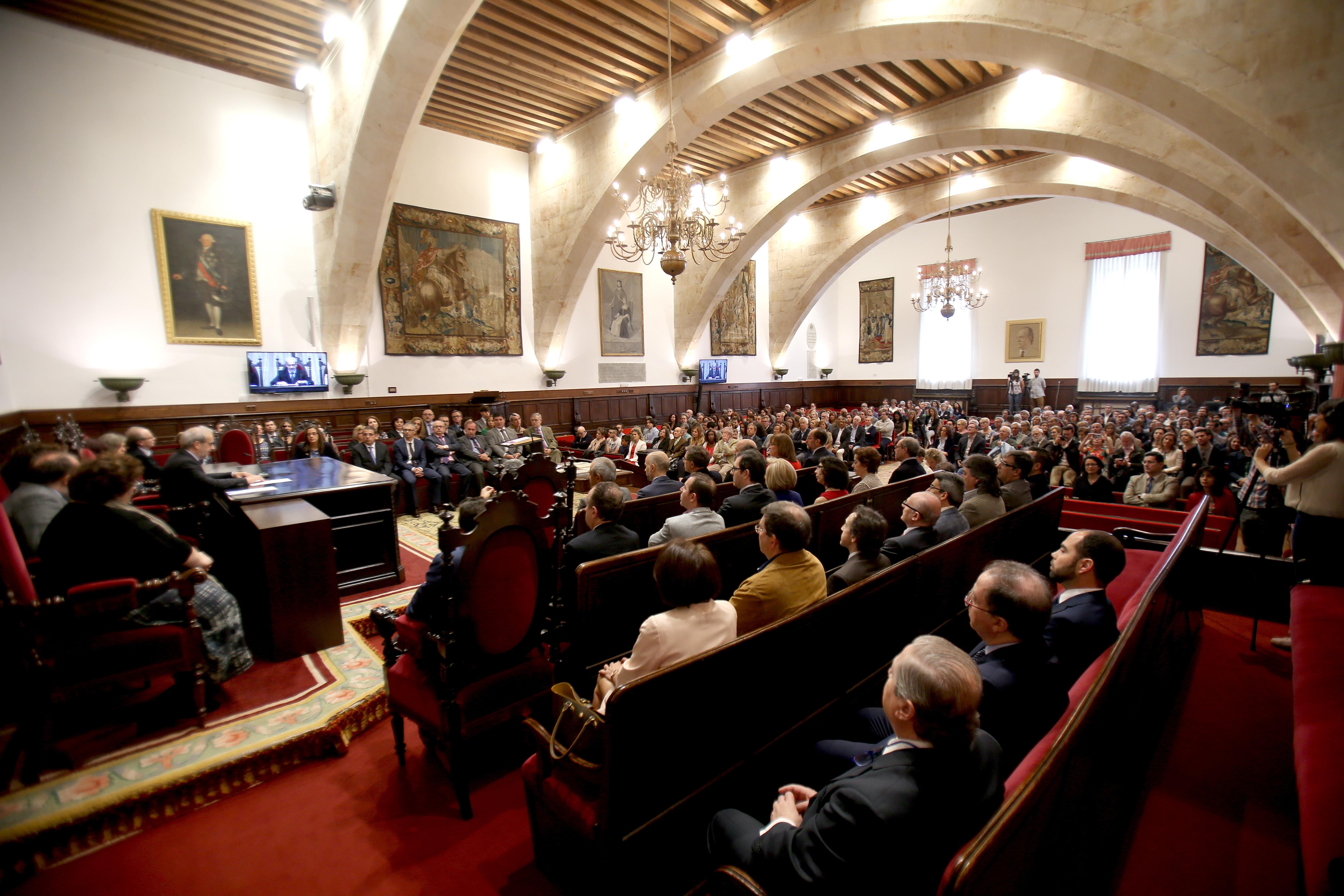 El rector preside la toma de posesión de nuevos cargos académicos y personal docente e investigador de la Universidad de Salamanca