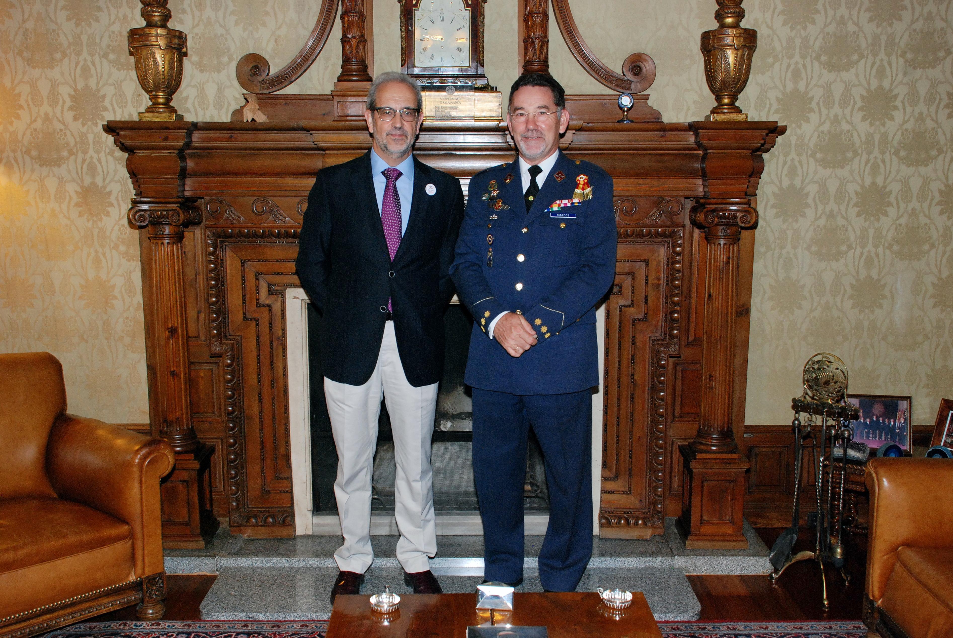 El rector de la Universidad de Salamanca, Daniel Hernández Ruipérez, recibe al coronel jefe de la Base Aérea de Matacán