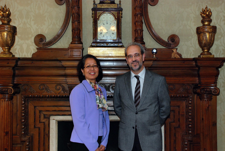 El rector, Daniel Hernández Ruipérez, recibe a la embajadora de Indonesia en España, Adiyatwidi Adiwoso Asmady