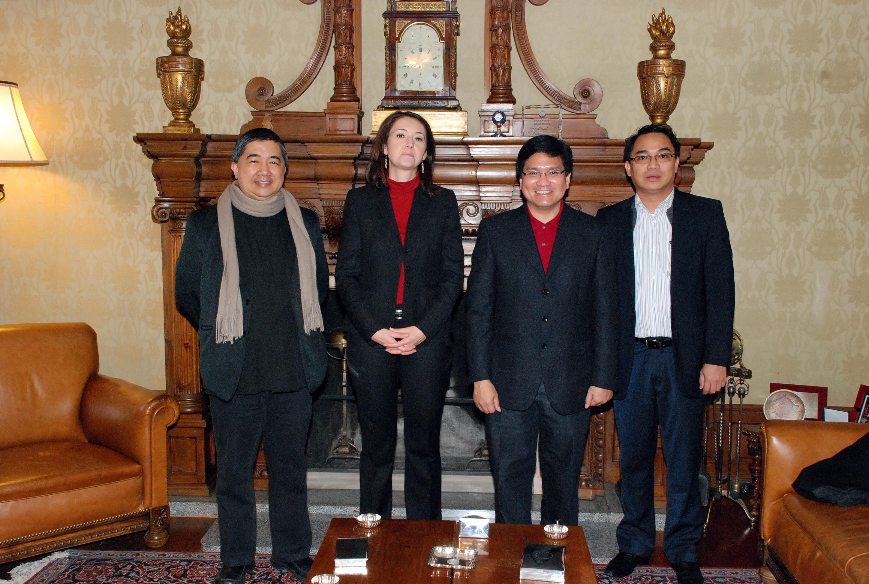 La secretaria general de la Universidad de Salamanca recibe a una delegación del Colegio de San Beda de Filipinas