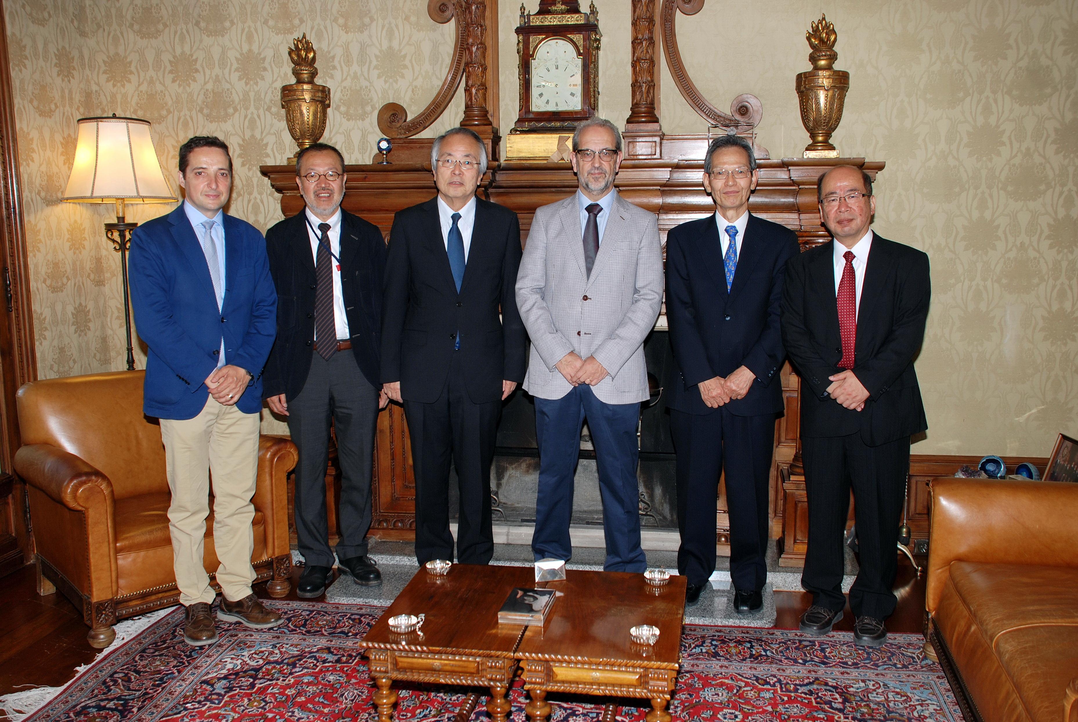 El rector de la Universidad de Salamanca, Daniel Hernández Ruipérez, recibe al rector del Osaka Institute of Technology