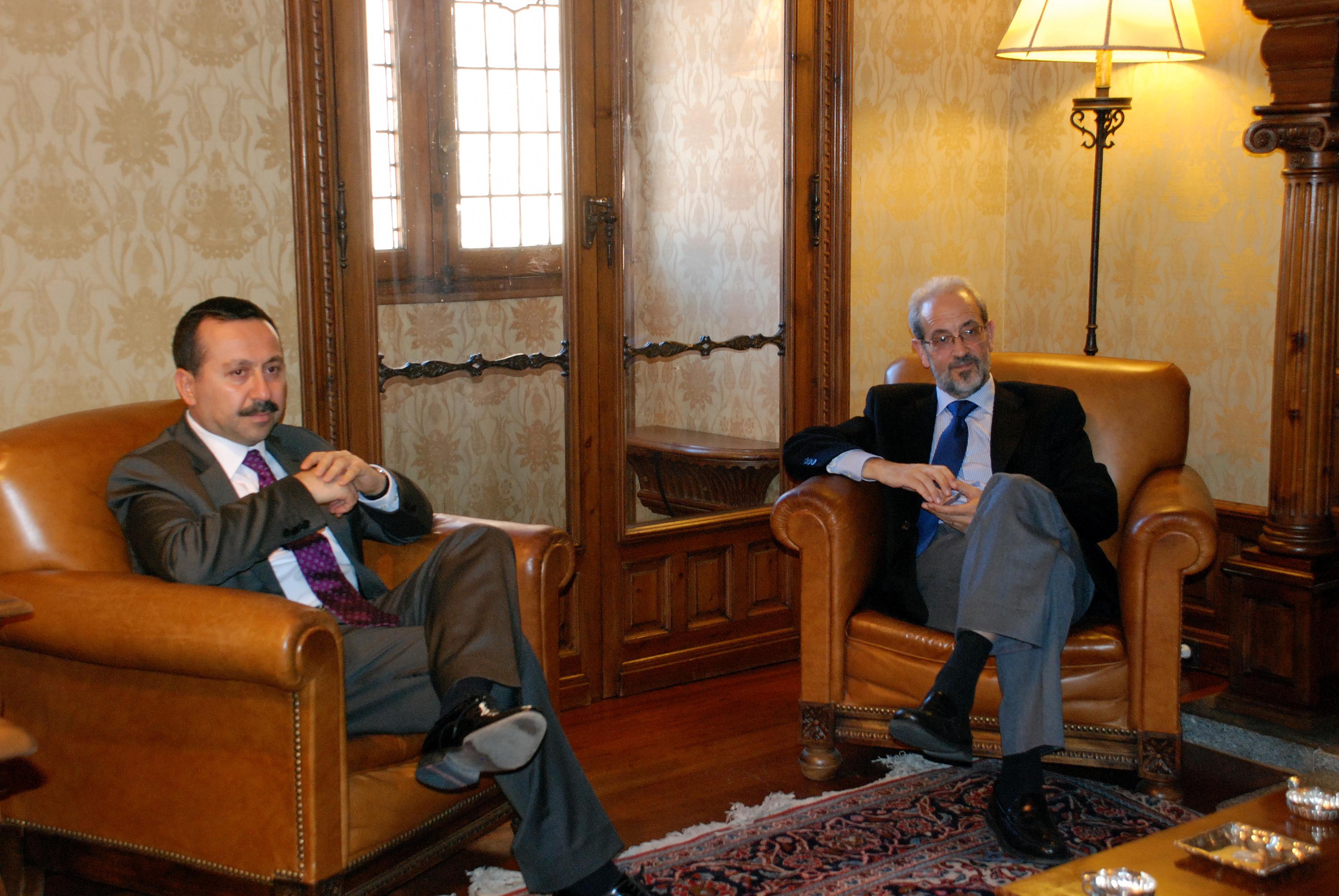 El rector de la Universidad, Daniel Hernández Ruipérez, recibe a su homólogo de la universidad turca de Selcuk, Hakkı Gökbel