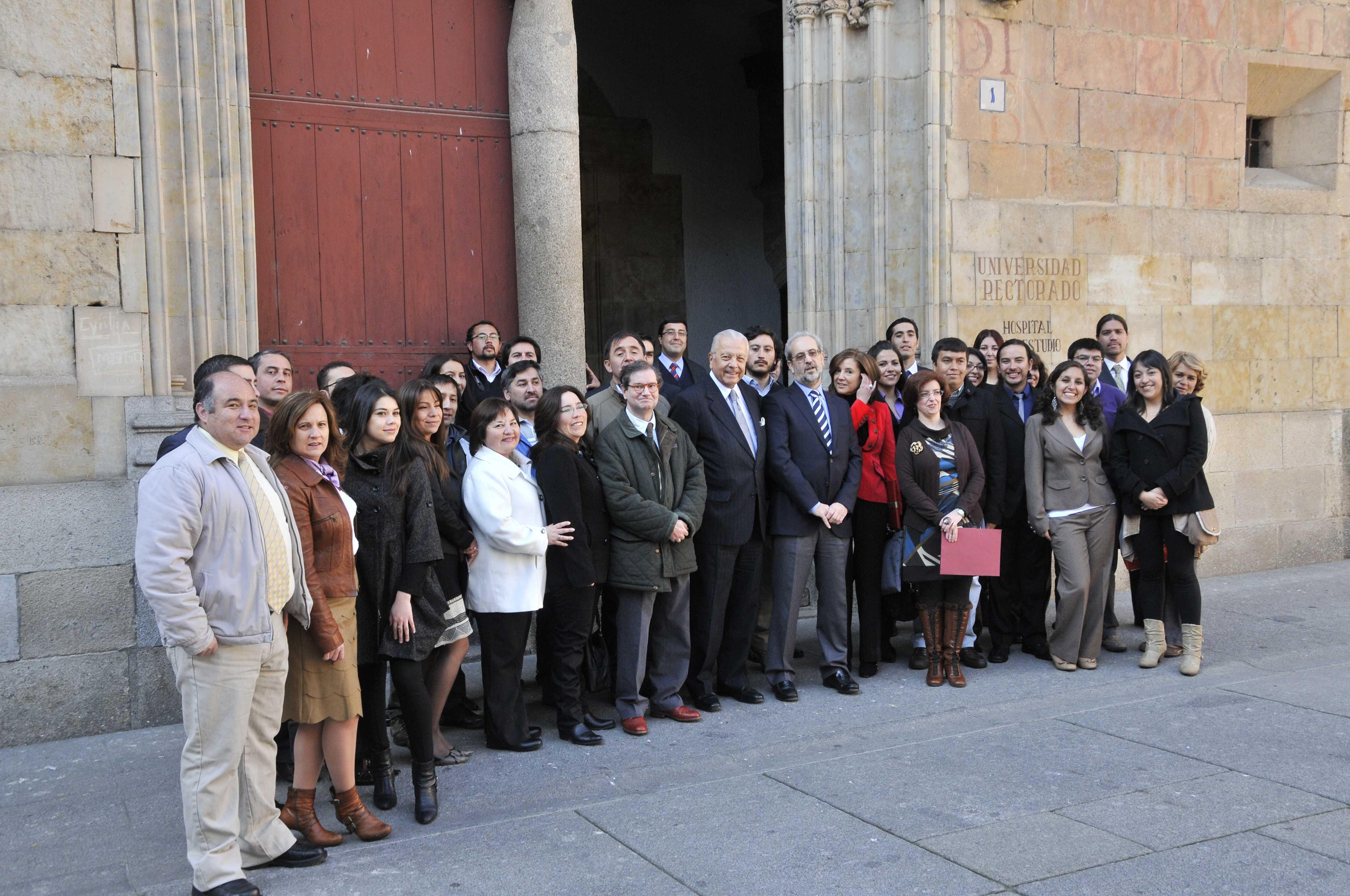 El rector de la Universidad de Salamanca recibe al embajador de Chile en España y a los participantes del Programa Becas Chile