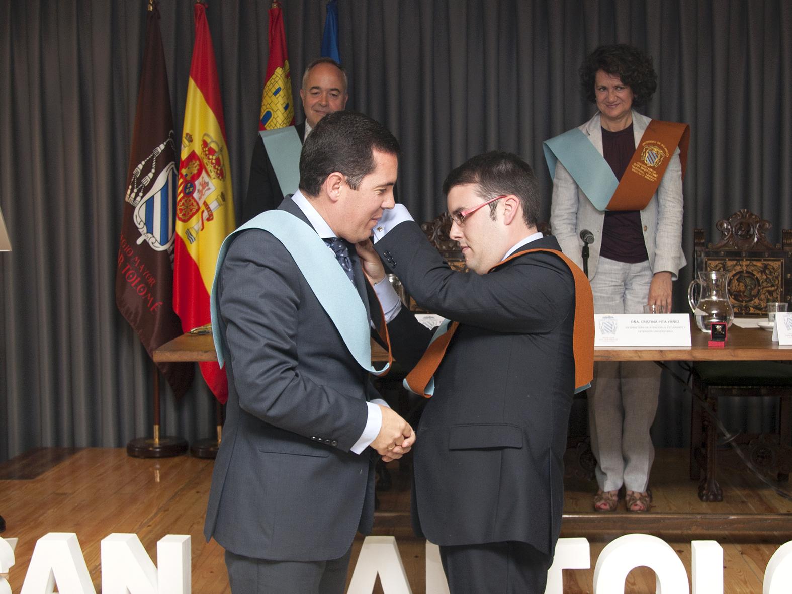 La vicerrectora de Internacionalización preside la imposición de la Insignia de Oro del Colegio San Bartolomé a Pedro Tomás Nevado-Batalla, consejero de Administración Pública de Extremadura y antiguo director del colegio mayor