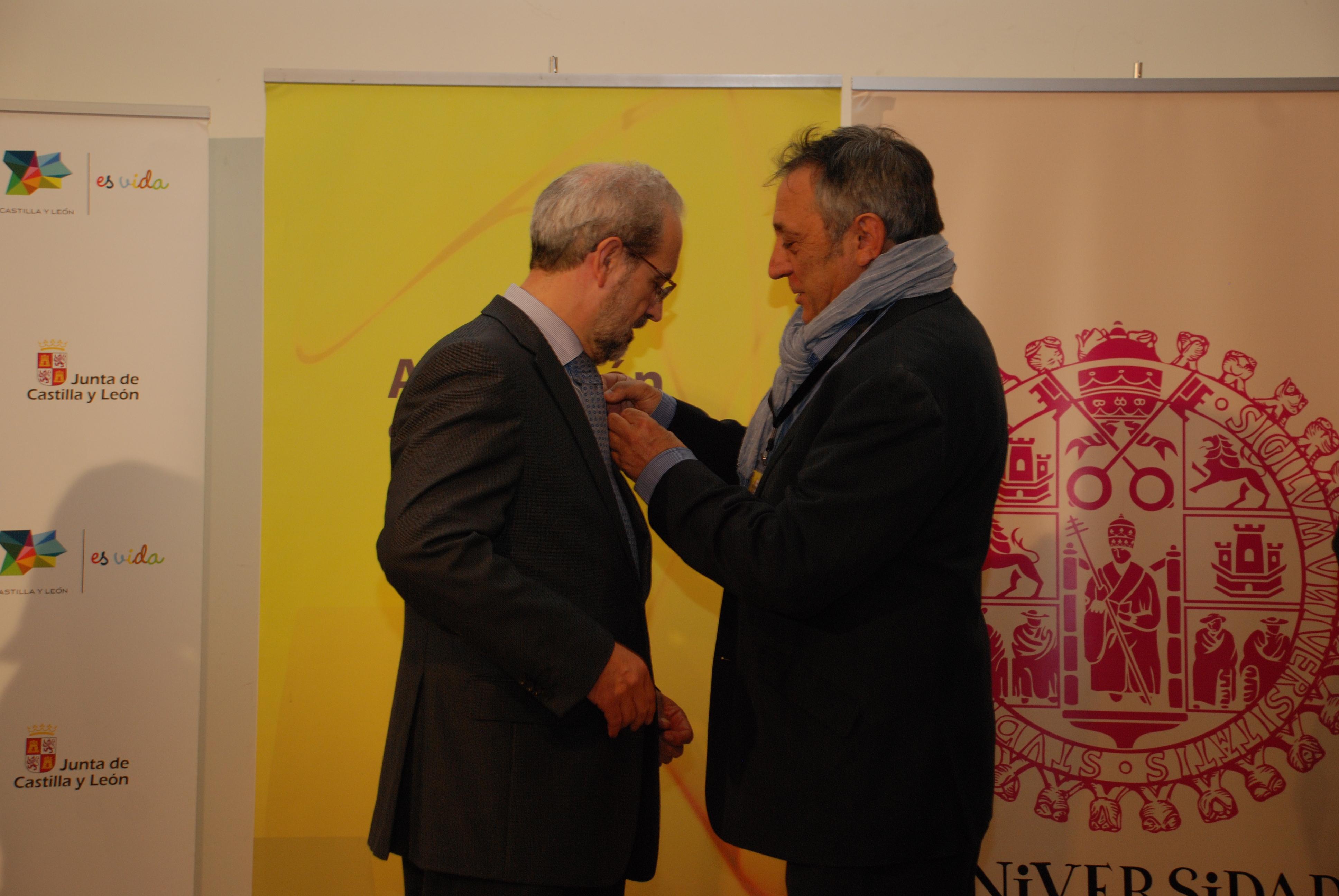 """El rector de la Universidad de Salamanca, Daniel Hernández Ruipérez, recibe el """"Pin de Oro"""" de la Asociación de Sumilleres de Ávila"""