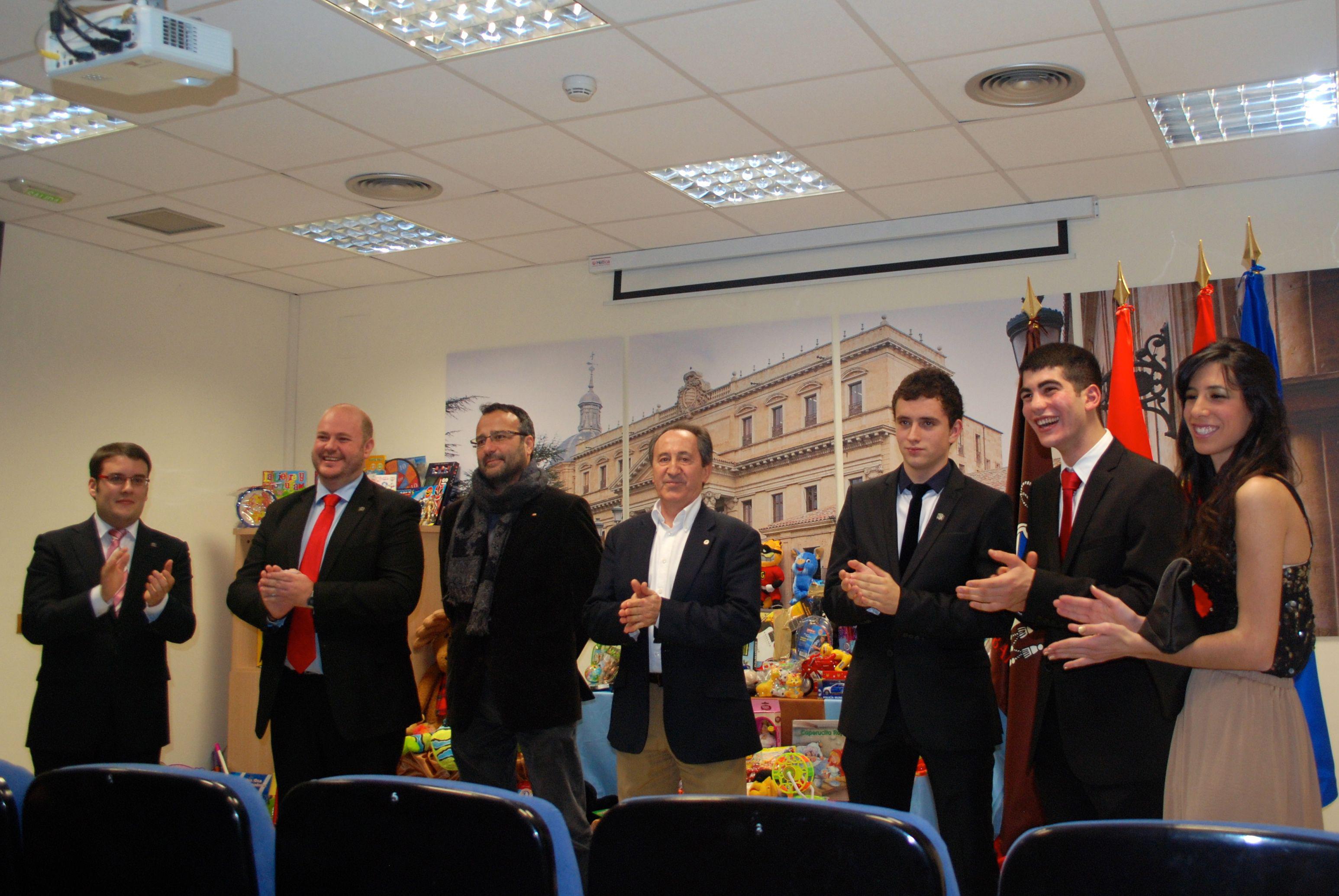 El Colegio Mayor San Bartolomé entrega más de 300 juguetes obtenidos en una campaña solidaria organizada por los residentes