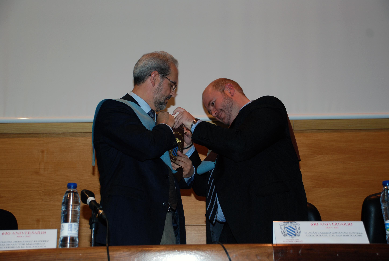 El Colegio Mayor San Bartolomé impone la insignia de oro al rector Daniel Hernández Ruipérez