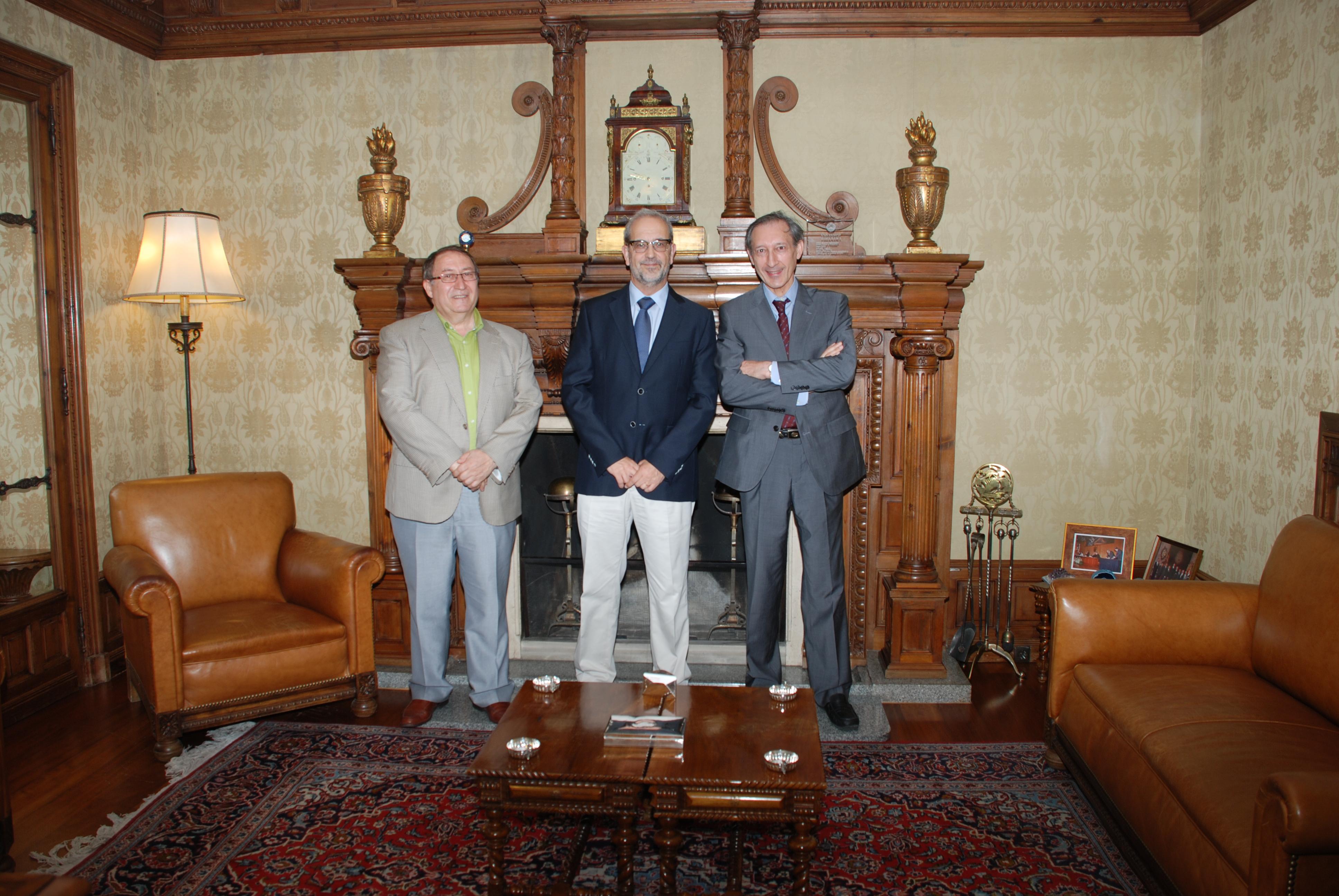 El rector de la Universidad de Salamanca recibe al embajador de España en Gabón