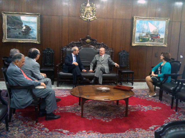El presidente del Senado de Brasil recibe al rector Hernández Ruipérez con el objetivo de potenciar un convenio de formación de juristas