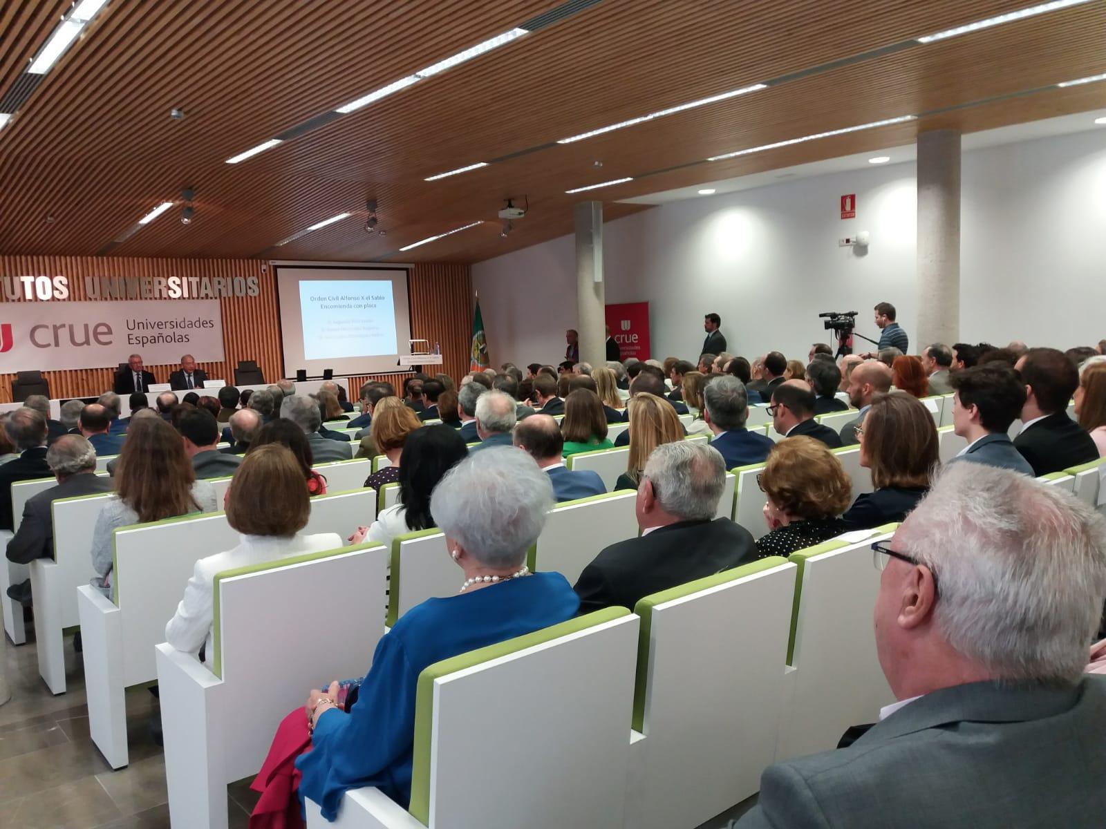 El exrector de la Universidad de Salamanca Daniel Hernández Ruipérez recibe la Orden Civil de Alfonso X el Sabio