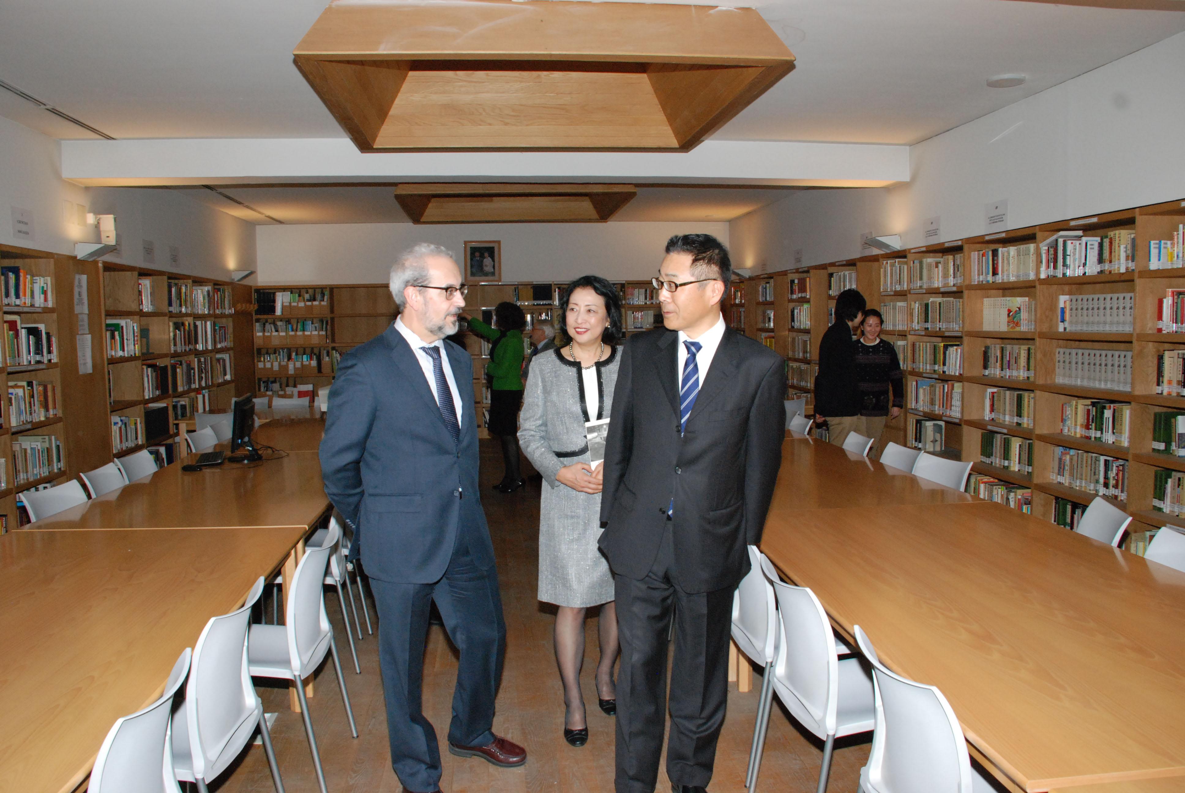 Japón concede la Orden del Sol Naciente, en su grado de Estrella de Oro y Plata, al rector de la Universidad de Salamanca