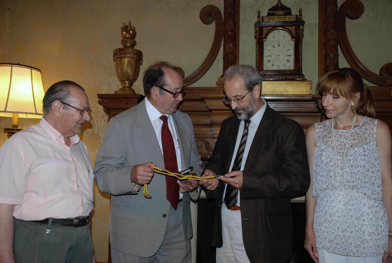 El rector recibe la medalla Asdeve-Bateun, otorgada por la Federación de Asociaciones Unidas del Barrio Antiguo de Salamanca