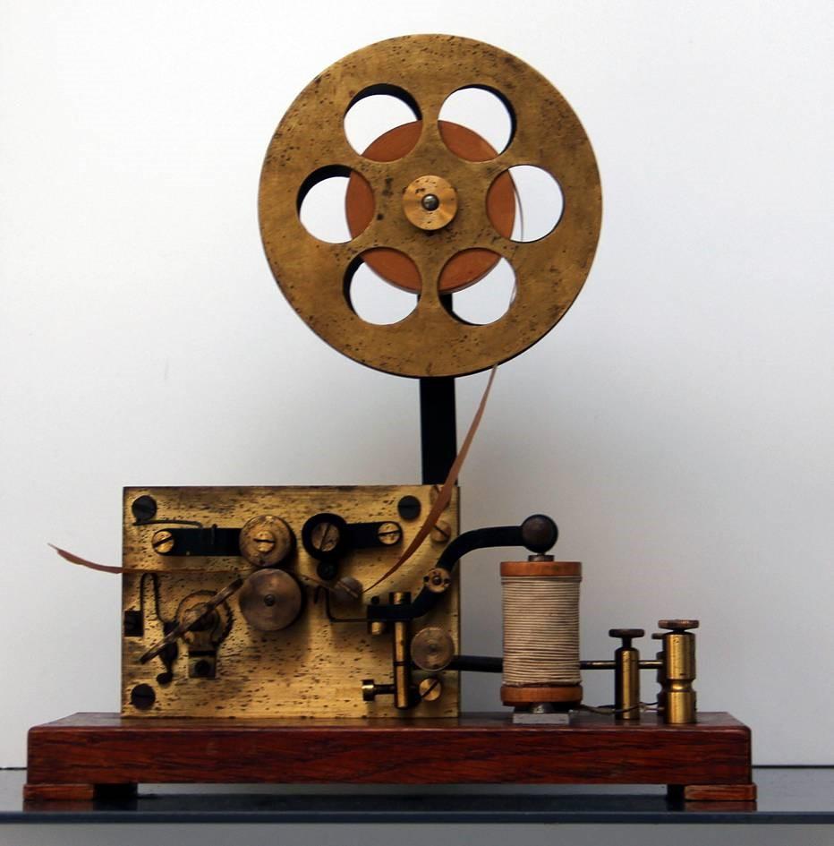 El Edificio Trilingüe de la Facultad de Ciencias acoge una exposición permanente de aparatos de laboratorio de Física