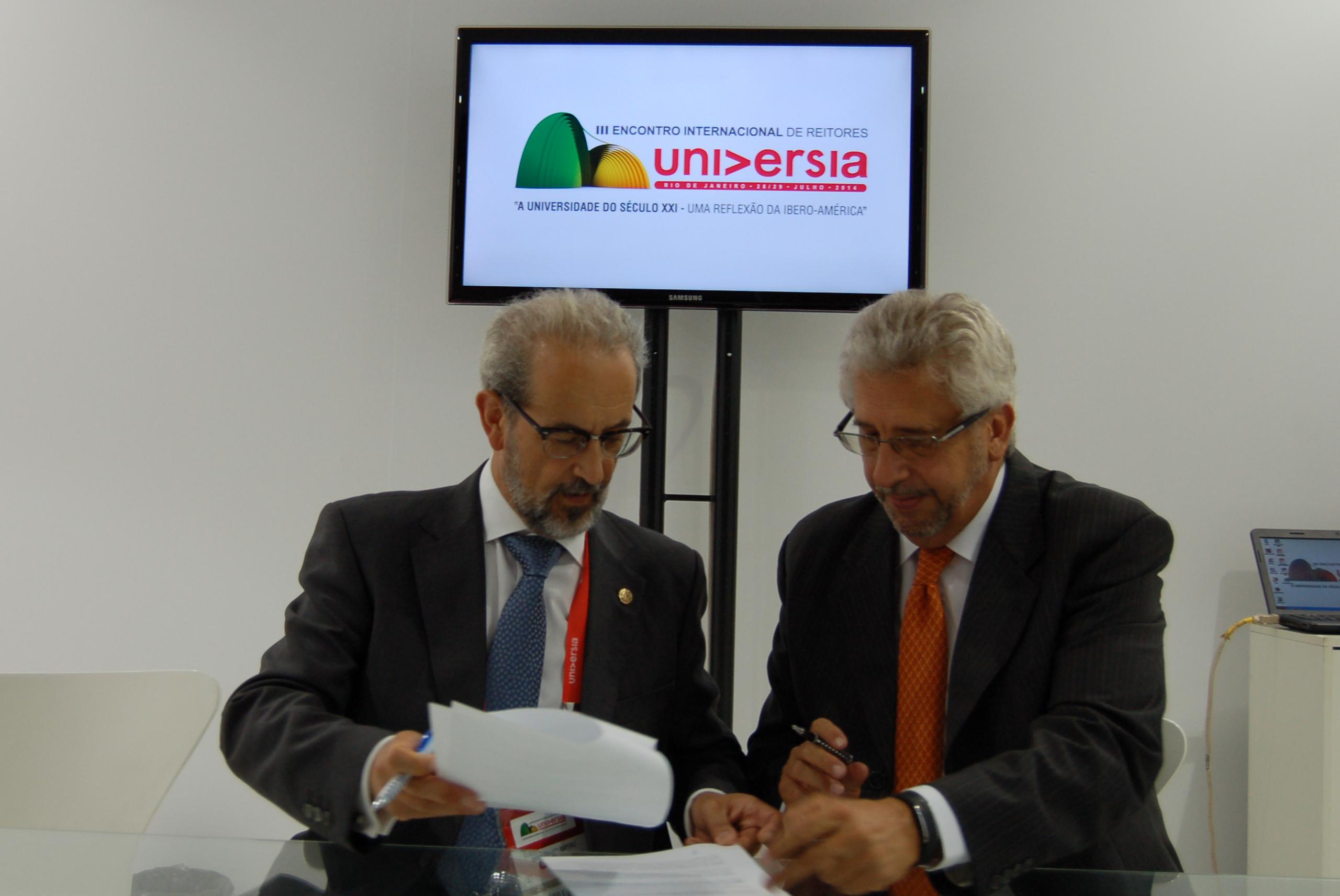 El rector de la Universidad de Salamanca firma un acuerdo de colaboración con su homólogo de la Universidad del Rosario