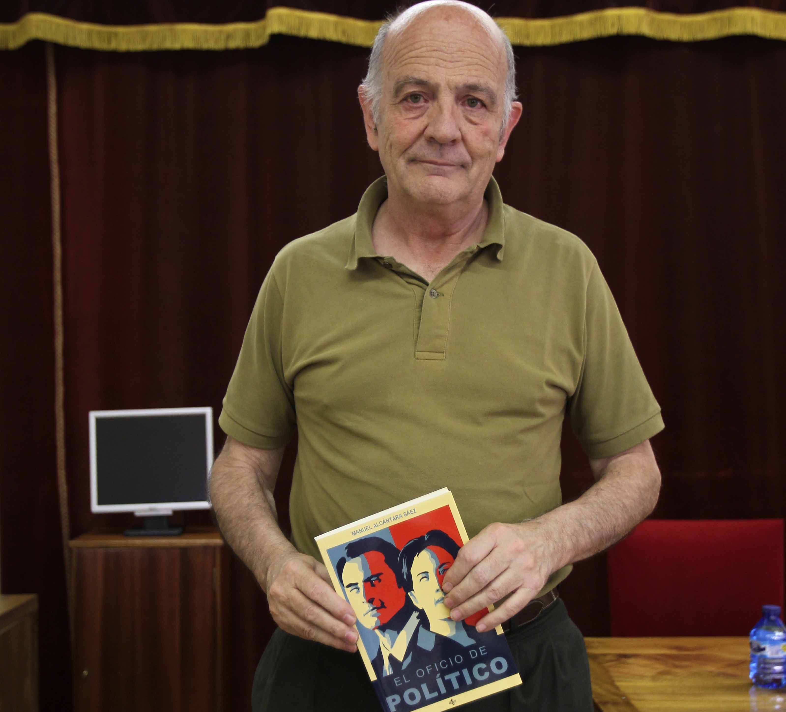 El catedrático de Ciencia Política, Manuel Alcántara, presenta su nuevo libro titulado 'El oficio político'
