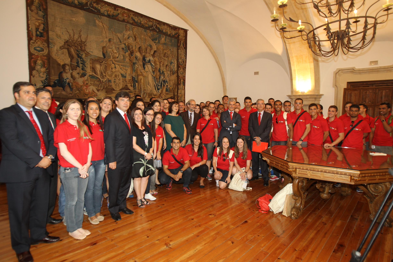 El rector de la Universidad de Salamanca recibe a los cerca de 80 estudiantes brasileños participantes en el Programa Top España