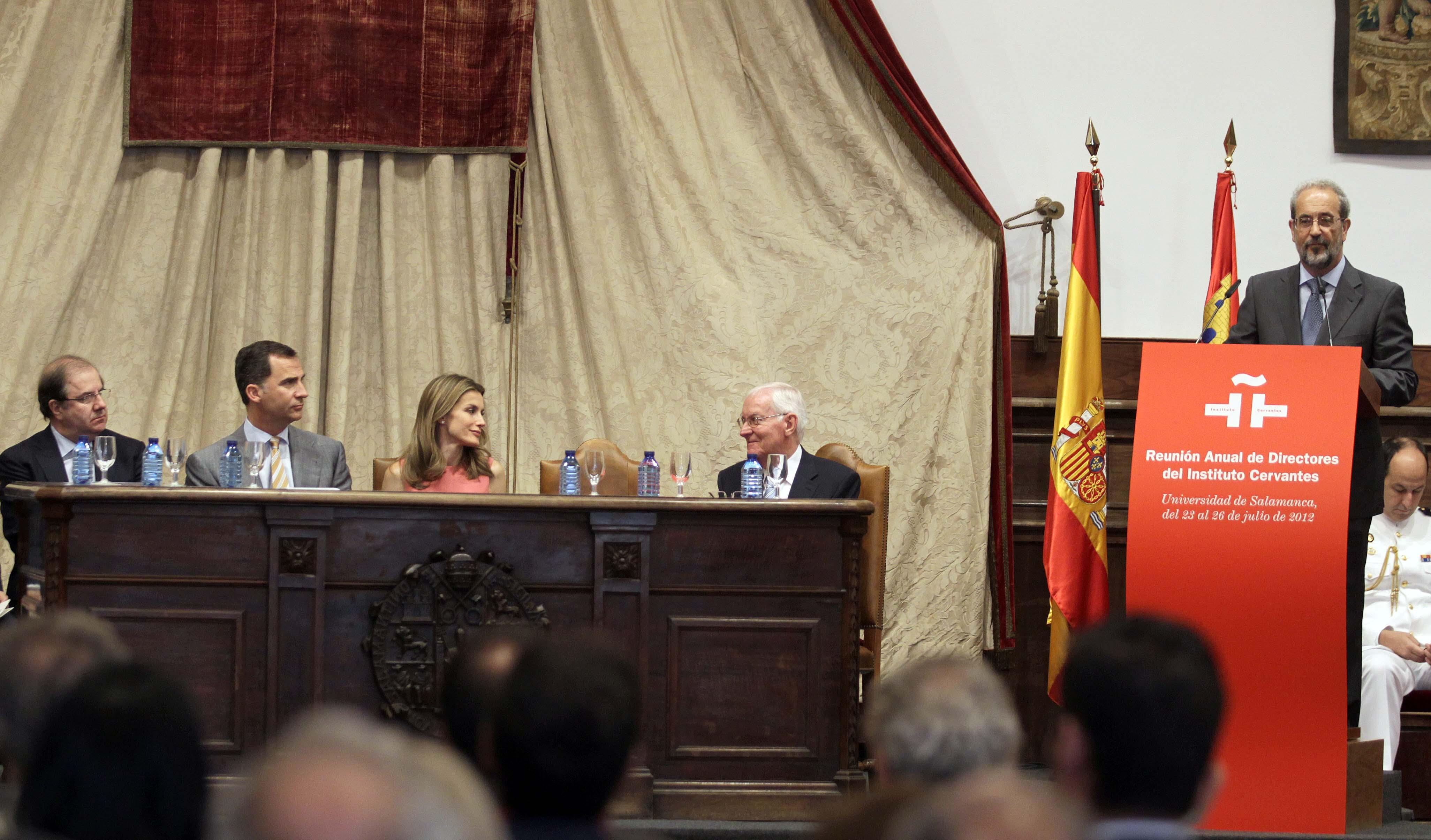 Los Príncipes inauguran en la Universidad de Salamanca la reunión de directores del Instituto Cervantes