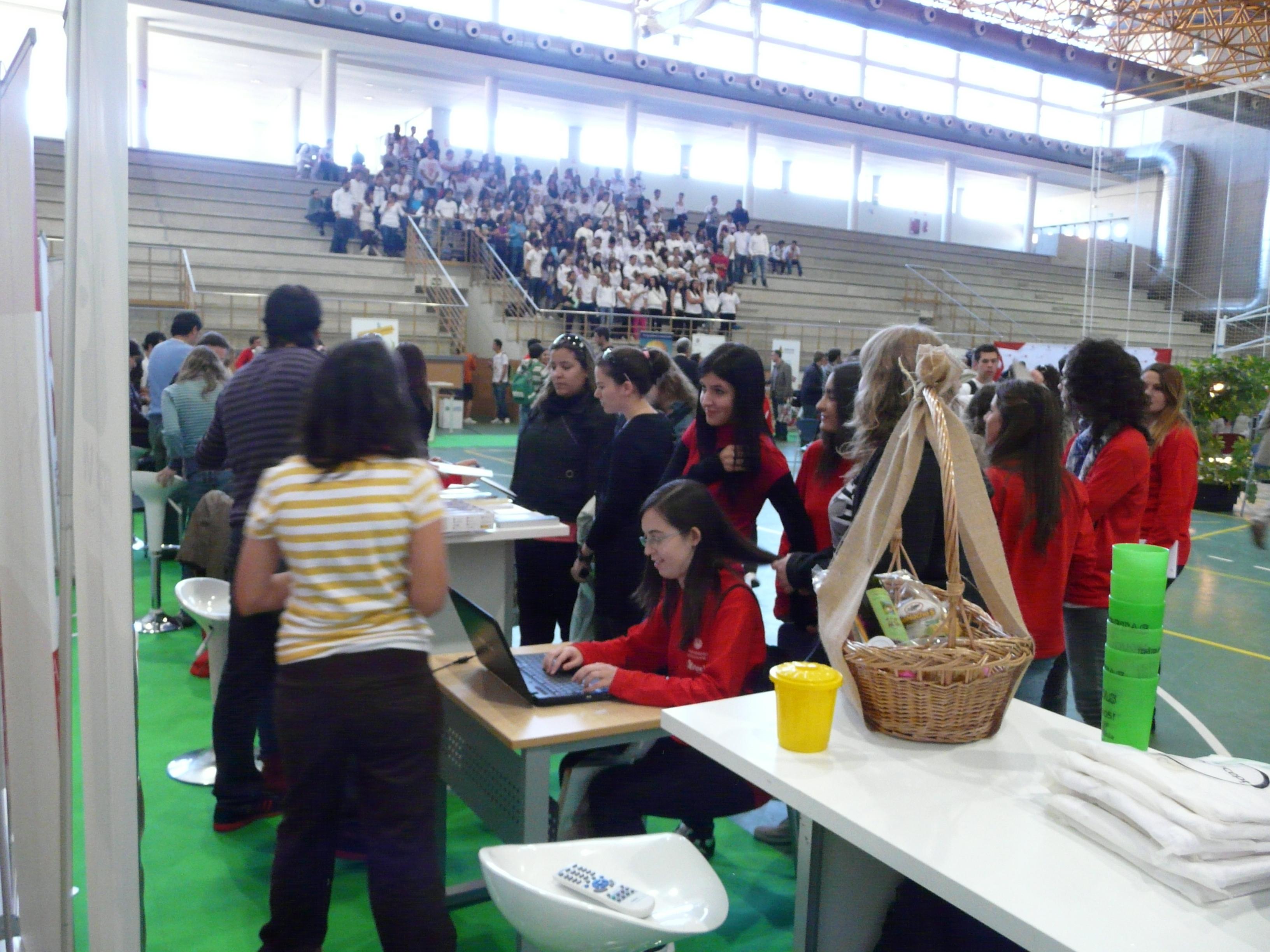 La vicerrectora de Estudiantes e Inserción Profesional inaugura la I Feria de Bienvenida del Campus Viriato