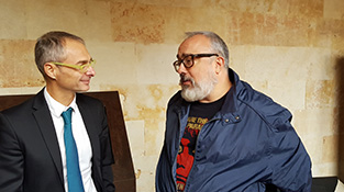 Alex de la Iglesia con Ricardo Rivero, rector de la Universidad de Salamanca