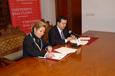 Rosa Valdeón y José Ramón Alonso, en la firma del convenio.