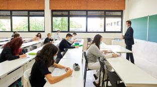 Profesor y alumnos en el aula
