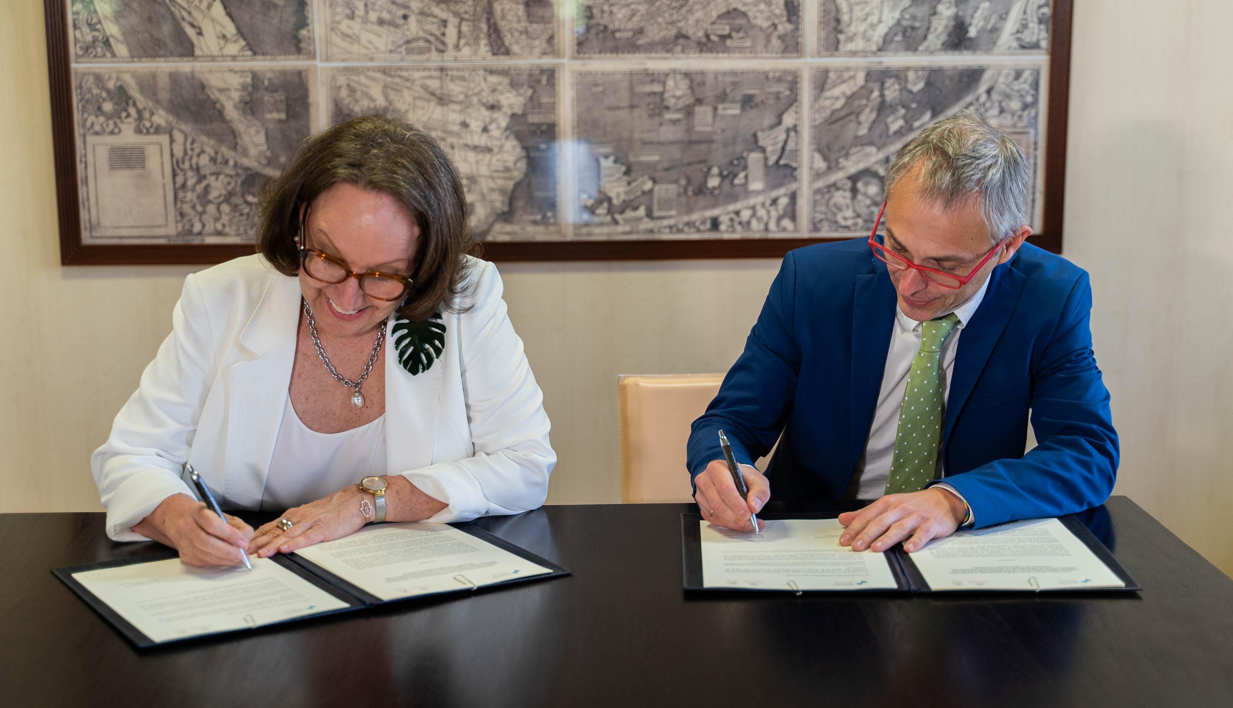 Rebeca Gryspan y Ricardo Rivero suscriben el convenio de colaboración.