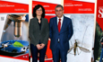 La Oficina del VIII Centenario de la Universidad de Salamanca hace entrega del premio que sorteó en la Feria de Bienvenida