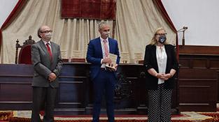 El rector de la Universidad de Salamanca entrega las distinciones al Personal de Administración y Servicios