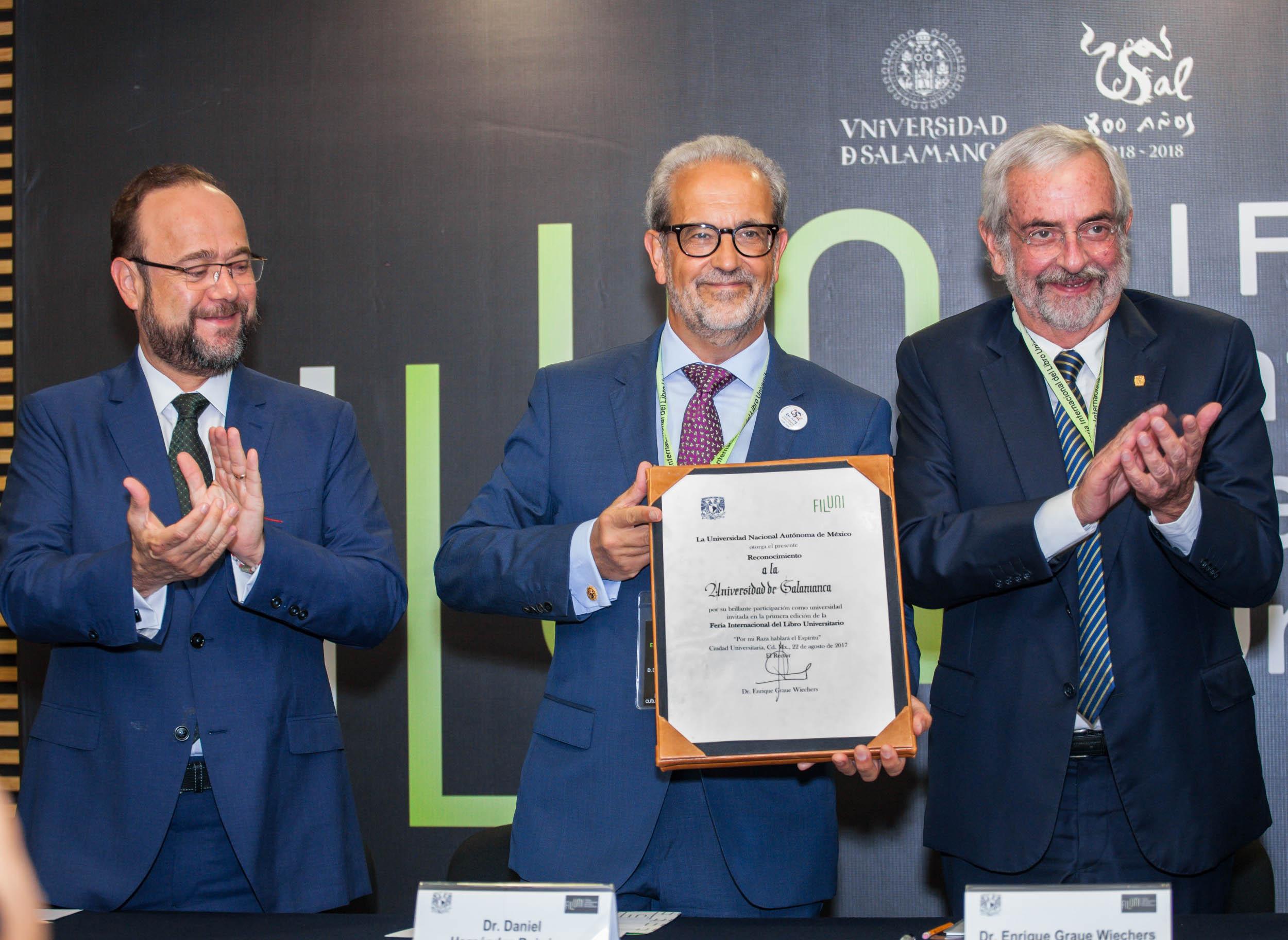 El rector Daniel Hernández Ruipérez recibe un diploma acreditativo en la inauguración de FILUNI