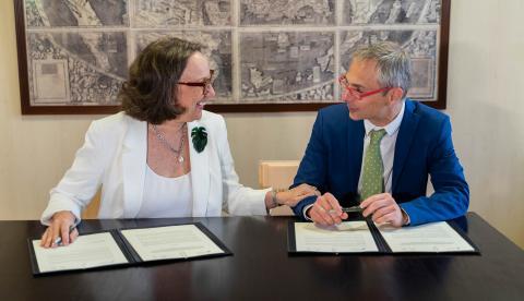 Rebeca Grynspan y Ricardo Rivero, durante la firma del convenio