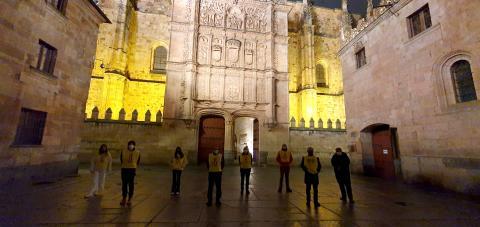 El Grupo Local Amnistía Internacional Salamanca junto con la Fachada iluminada