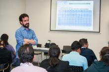 Pedro Domíngez, presenta el taller sobre préstamo de libros-e en la Universidad