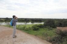 Fernando Silla Cortés sacando fotos del paisaje de la estancia ganadera que puede ilustrar cómo es el paisaje ganadero del Gran Chaco