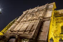 La Fachada Rica de las Escuelas Mayores se ilumina de color amarillo