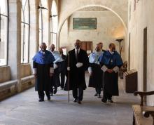 La Universidad de Salamanca inviste doctores 'honoris causa' al biólogo Miguel Delibes de Castro y al filólogo David Konstan